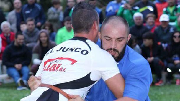 'Guanche' ante Clemente Fuertes, El Junco, campeón de pesados 2015. Foto: La Nueva Crónica.