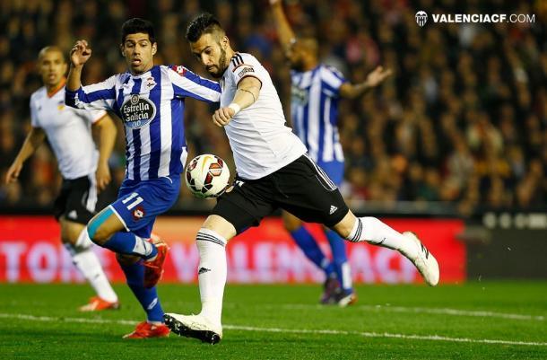 Álvaro Negredo peleando un balón | Fuente: Valencia CF