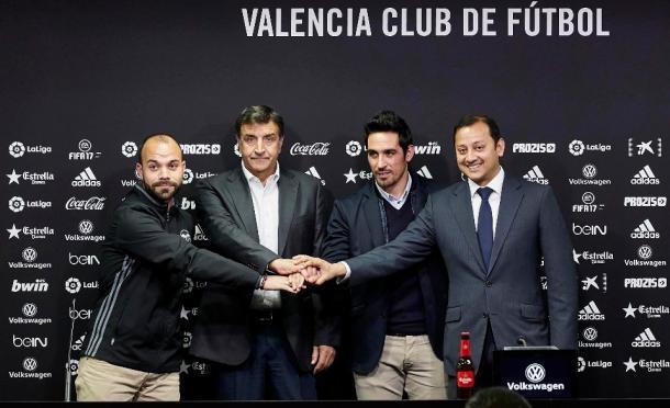 Anil Murthy junto a Alexanko y su equipo en su presentación como director deportivo. Fuente   Valencia CF