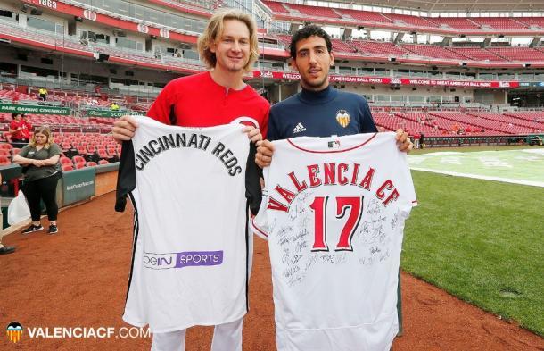 El capitán Parejo junto al pitcher estadounidense Bronson Arroyo | Foto: Valencia CF