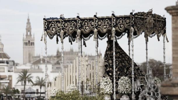 La Estrella procesionando con el palio de Ojeda. Foto: ABC de Sevilla