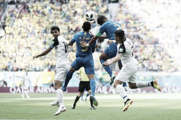 Gabriel Jesus y Thiago Silva pelean un balón frente a Costa Rica. | Fuente: Federación Brasileña