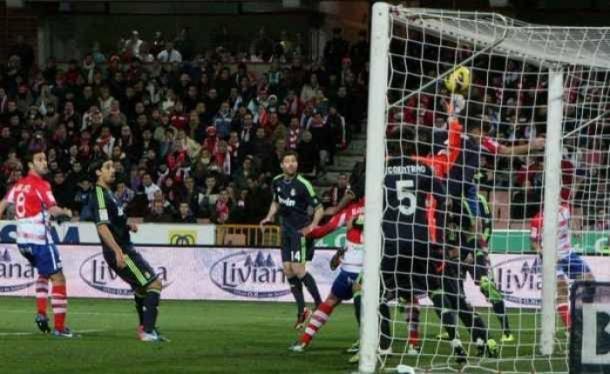 El autogol de Cristiano contra el Granada CF. Foto: Antonio L Juárez