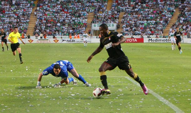 Ighalo marcó el gol que dio el ascenso al Granada en el Martínez Valero | Foto: Antonio L. Juárez.