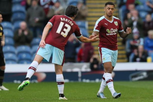 Barton y Gray, dos de los hombres del año, con la camiseta del Burnley. Foto: The Bolton News