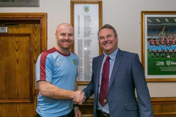 Mike Garlick y Sean Dyche tras la firma del contrato. Foto: Burnley vía Lancanshire Telegraph