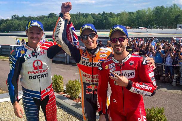 El piloto, acompañado de Andrea Dovizioso y Jack Miller en el podio. Imagen: MotoGP