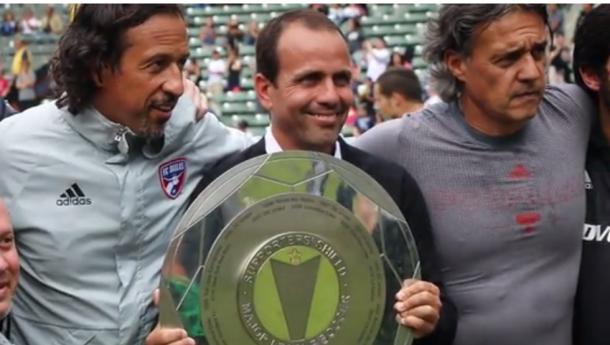 Pareja con el trofeo de la Supporter's Shield. FOTO: mundodeportivo.com