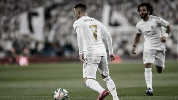 El belga conduce el esférico con la compañía de Marcelo   Foto: Real Madrid
