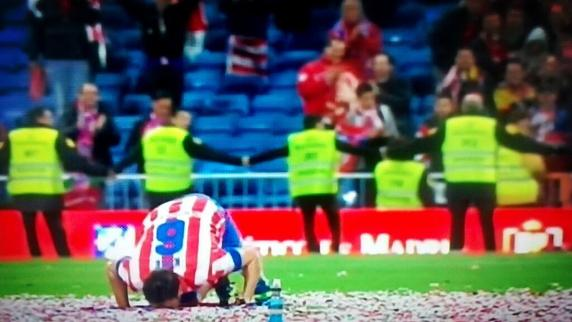 Koke besando la bandera rojiblanca en el césped del Bernabéu tras ganar la Copa del Rey. / Fuente: Twitter