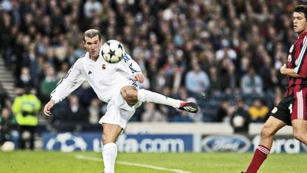 Zinedine Zidane presto a volear el balón con Michael Ballack de fondo   Fuente: realmadrid.com