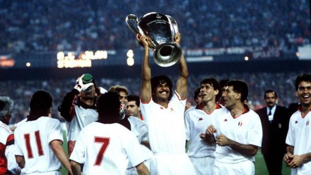 Foto: magliarossonera.it / Gulllit con la Copa de Europa