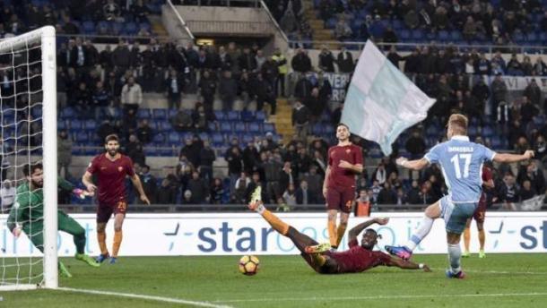 Il secondo gol subito dalla Roma nel derby, ad opera di Immobile (Gazzetta)