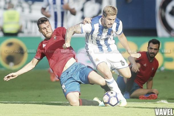 Íñigo MArtínez en el choque frente a Osasuna | Foto: Óscar Alonso - VAVEL
