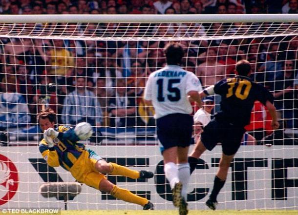 Seaman detiene un penalti en la victoria por 2-0 ante Escocia   Foto: Daily Mail