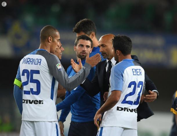 Spalletti felicitando a sus jugadores por la pasada victoria / Inter