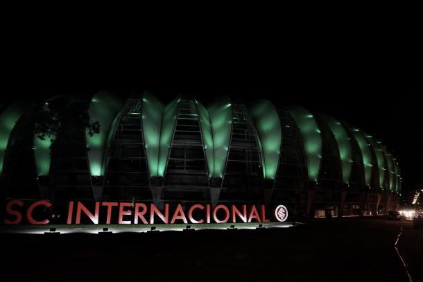 Em solidariedade, Internacional se ilumina de verde