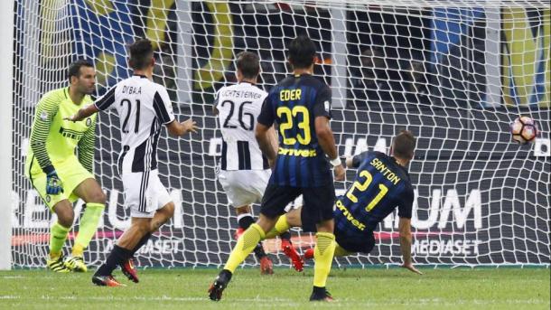 Il gol di Lichtsteiner nella gara d'andata. | Fonte immagine: Lapresse