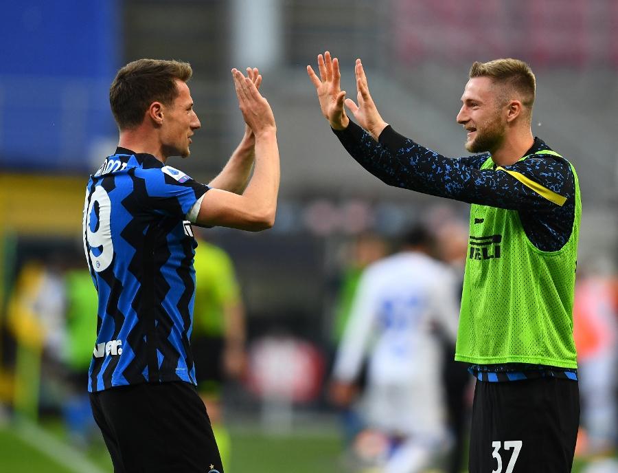 Imagen: Andrea Pinamonti celebrando su gol con Milan Skriniar.   Foto: @Inter.
