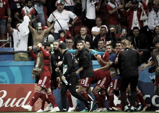 Momento em que os jogadores Iranianos foram alertados do impedimento (Fonte:Getty Images)