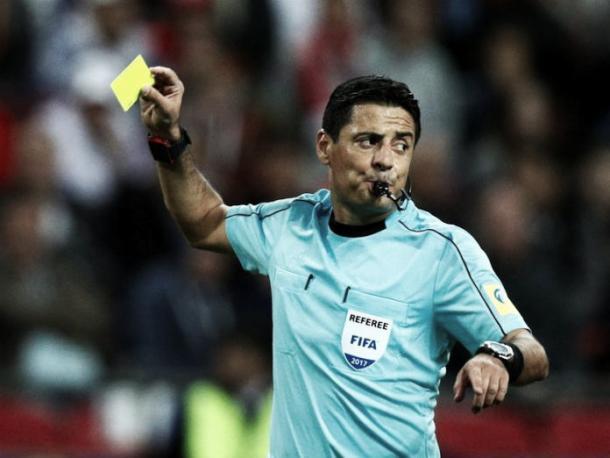 Alireza Faghani durante un partido de la Copa Confederaciones. | Fuente: FIFA.com