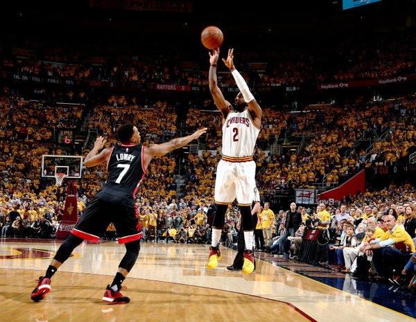 Kyrie Irving tira sulla testa di Kyle Lowry - Foto NBA.com