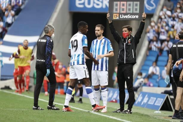 Alexander Isak tuvo que ser sustituido ante el Sevilla y estará 3 semanas de baja. Foto: Getty Images.