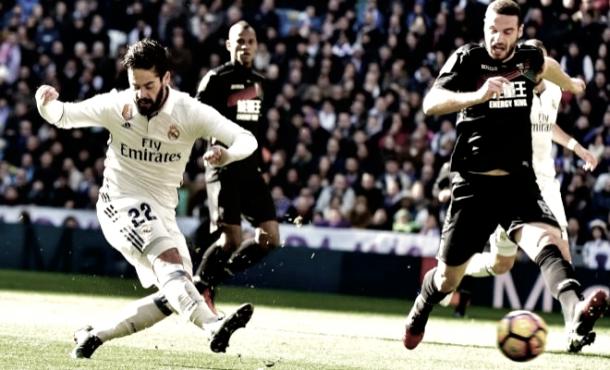 Isco Alarcón golpeando el esférico | Foto: Página web Real Madrid