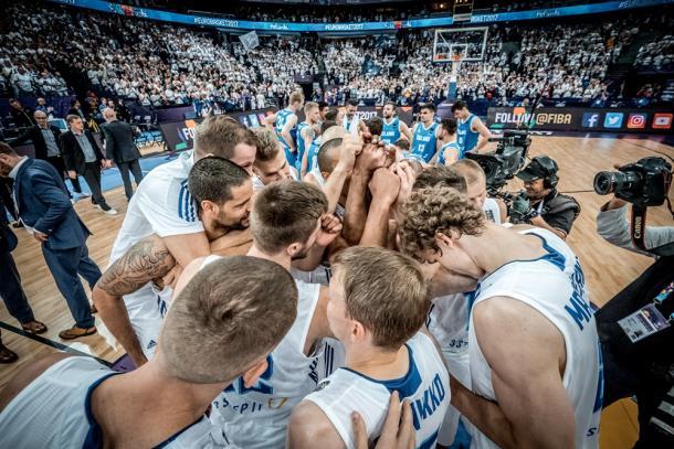 Abbraccio collettivo della Finlandia. Fonte FIBA
