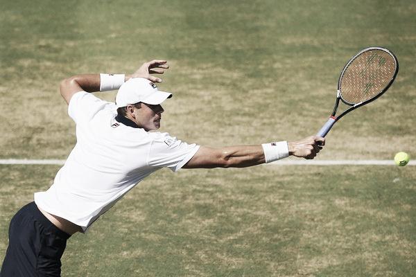 John Isner en acción durante una eliminatoria de Copa Davis en 2016. Foto: zimbio.com