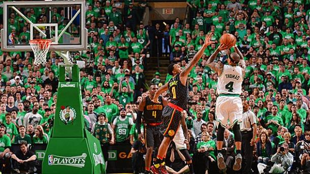 Isaiah Thomas au shoot devant Jeff Teague - Boston VS Atlanta