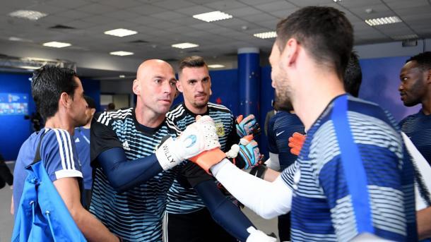 Caballero saluda a Lloris, contrincantes del derbi entre Chelsea - Tottenham | Foto: Getty Images.