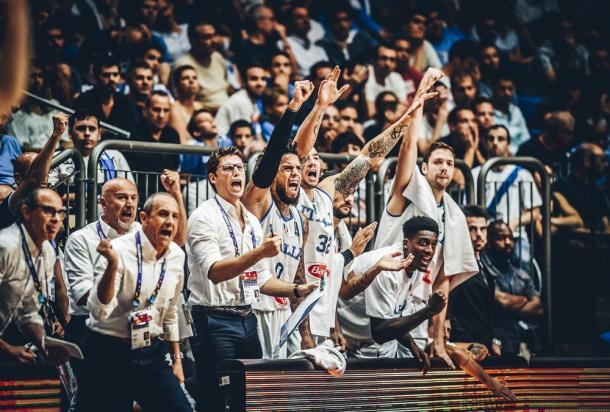 L'esultanza della panchina italiana durante una gara della fase a gironi - Foto FIBA