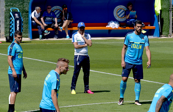 Conte in concentration mode: The boss watching over Italy training earlier this weekend. | Photo: Getty