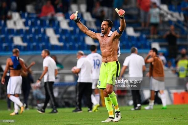 Buffon saludando a los aficionados en el partido que les enfrentaba a Israel / Foto: gettyimages