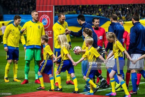 Pasamanos entre suecos e italianos en el partido de ida / Foto: gettyimages