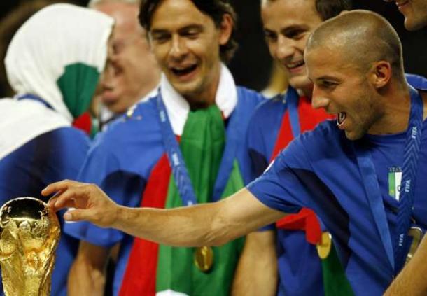 Del Piero accarezza la Coppa del Mondo. Fonte: goal.com