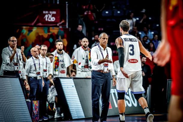 Il saluto di Ettore Messina a Marco Belinelli - Foto FIBA