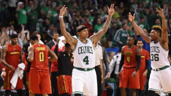Isaiah Thomas e Marcus Smart esultano dopo il successo in gara 4   Source: NBA.com