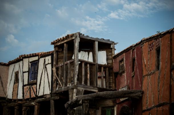 Detalle de uno de los balcones de Territorio Artlanza. | Imagen: Iñaki Roldán