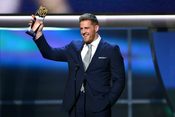 JJ Watt solleva il suo trofeo (Steve Sanders/NFL)
