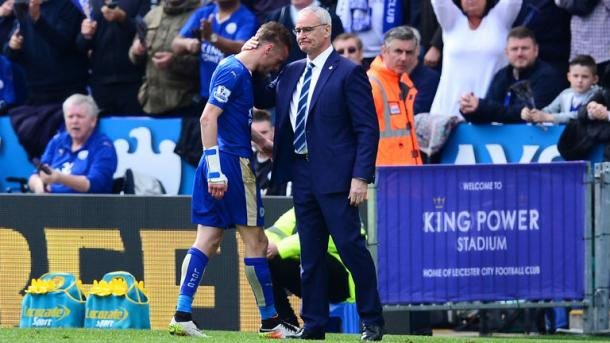 Claudio Ranieri consoles a furious Jamie Vardy following his sending off against West Ham. | Photo: Sky Sports