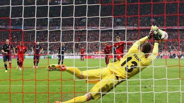 Oblak deteniendo a Müller un penalti en el partido de vuelta de semis de 2016. Intervención clave para la clasificación atlética / FOTO: UEFA.com