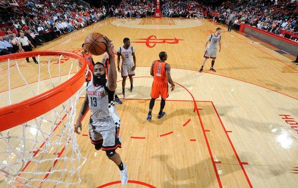James Harden culminando una penetración. Foto: Houston Rockets