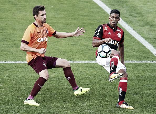 No decorrer da segunda etapa, Berrío foi sacado para a entrada de Vinícius Jr. (Foto: Buda Mendes/Getty Images)