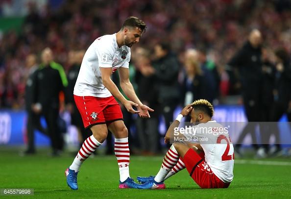 Jay Rodríguez intenta consolar a Redmond tras la final | Foto: Getty Images