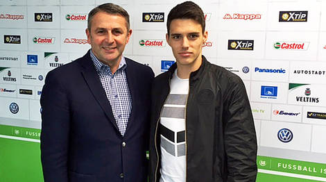 Brekalo is pictured with sporting director Klaus Allofs. | Image source: VfL Wolfsburg