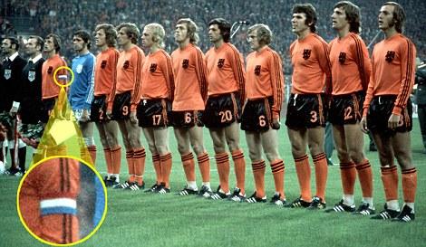 Cruyff con una equipación distinta a la del resto del equipo (1974). fuente: NFF