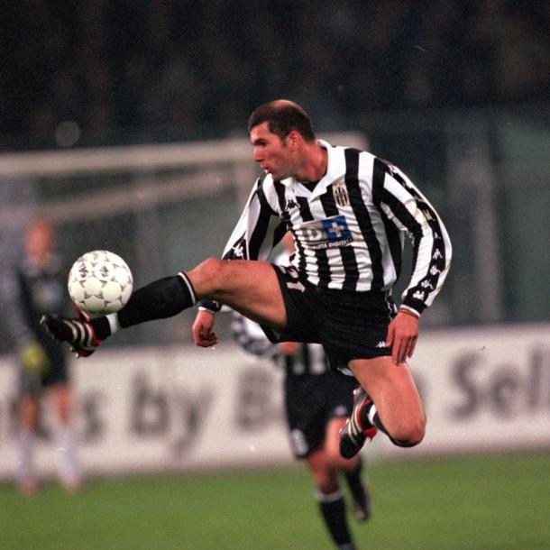 Zinedine Zidane tenía como marca personal los inimaginables controles de balón   Fuente: FIFA