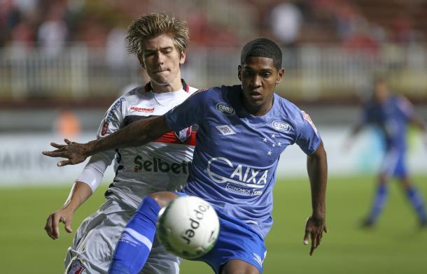 Raniel atuou pela primeira vez como titular diante do Joinville (Foto: Geraldo Bubniak/Light Press)